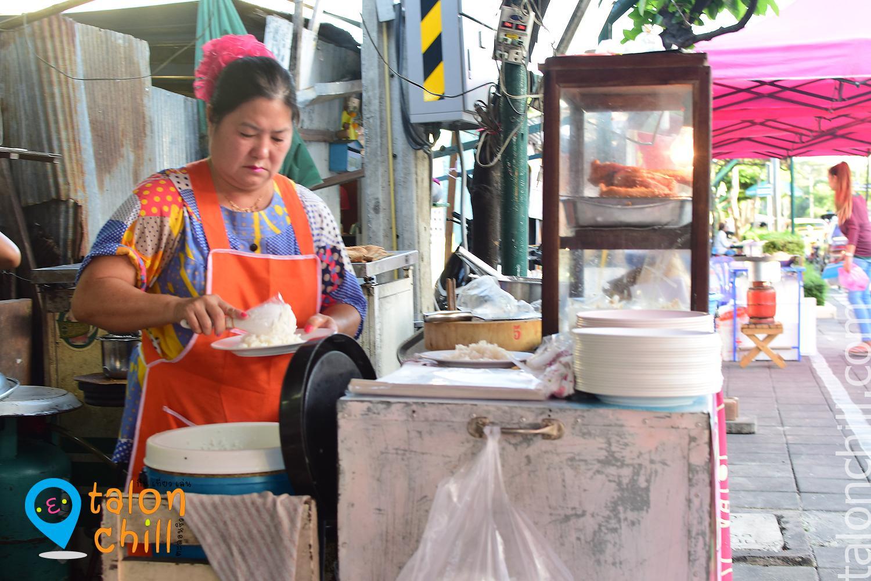 """ตะลุยกิน street food ตอน """"ข้าวหมูทอดอร่อยมาก 20 บาท ใต้สะพานลอยหน้าวัดอรุณราชวรารามราชวรมหาวิหาร"""""""